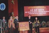 Lãnh đạo Nhà trường đón nhận Cờ thi đua của Bộ LĐTB&XH trao tặng