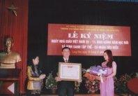 Thầy giáo Nguyền Thành Vân - Hiệu trưởng Trường đón nhận danh hiệu Nhà giáo ưu tú